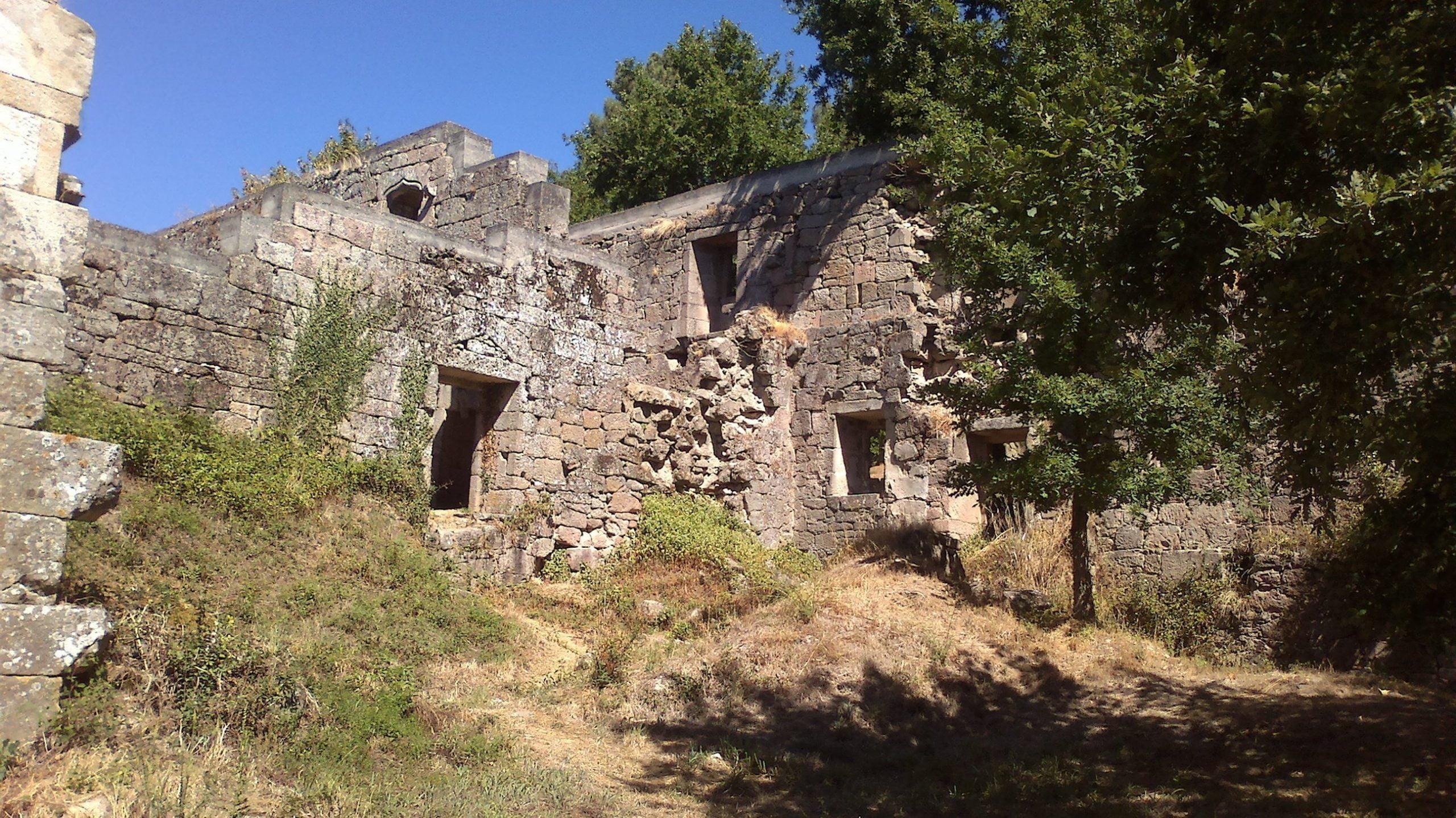 Mosteiro Bon Xesús Restos. Al merendero