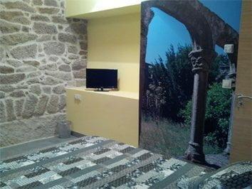 Habitación 103 Rosal tv pantalla plana y detalle vinilo